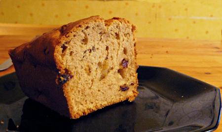Cake à la pomme, raisins secs et vanille